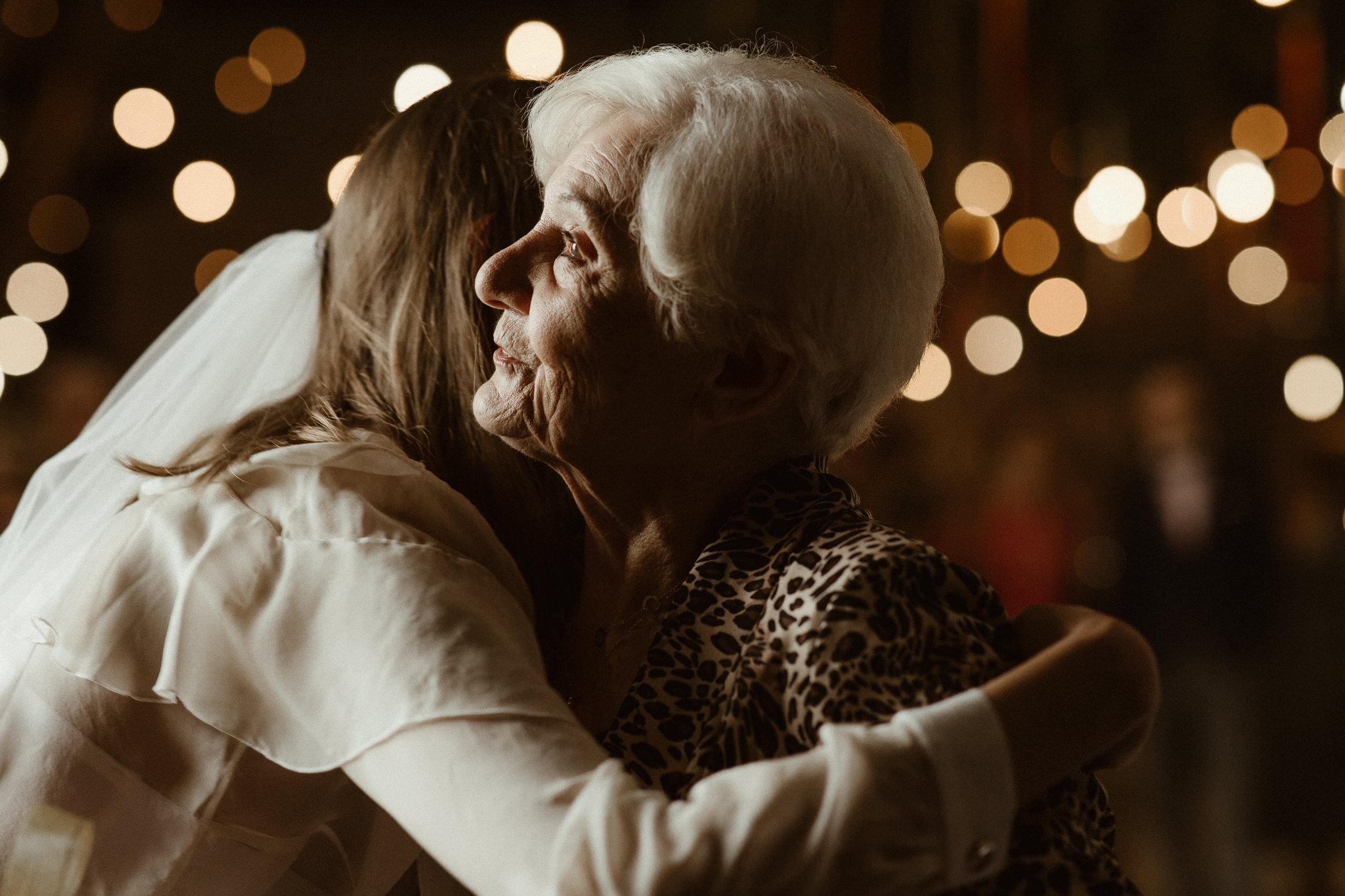 babcia składa życzenia wnuczce