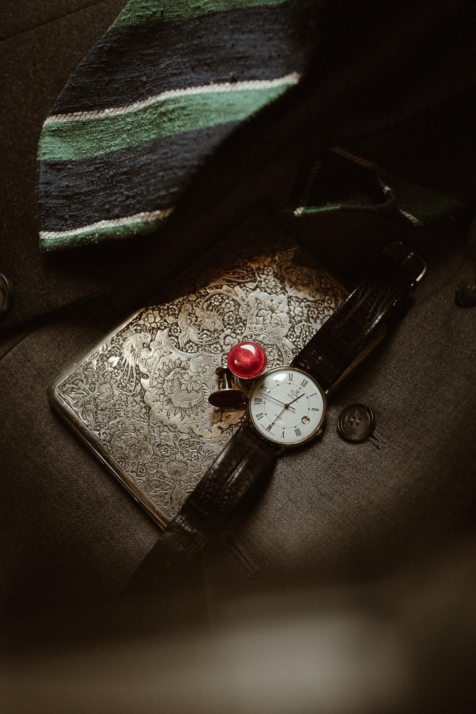 starodawna papierośnica, spinki do mankietów i zegarek w stylu vintage