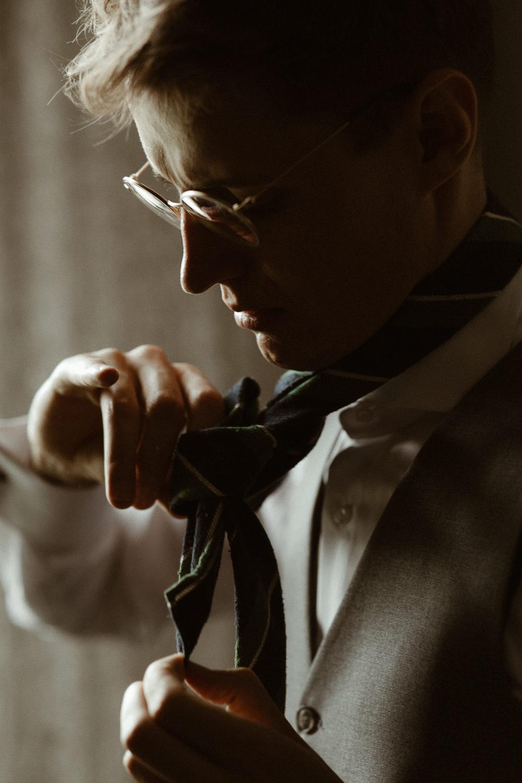 pan młody wiąże krawat
